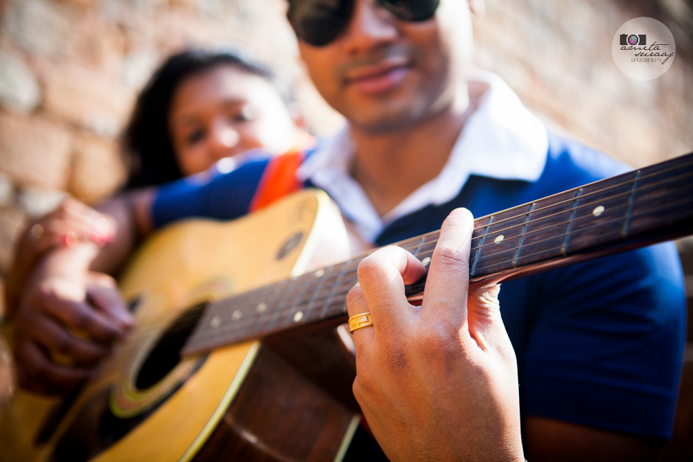 couple shoot in lodhi garden with guitar